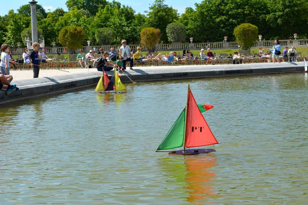 Sailing boats in the pool in front of the palace