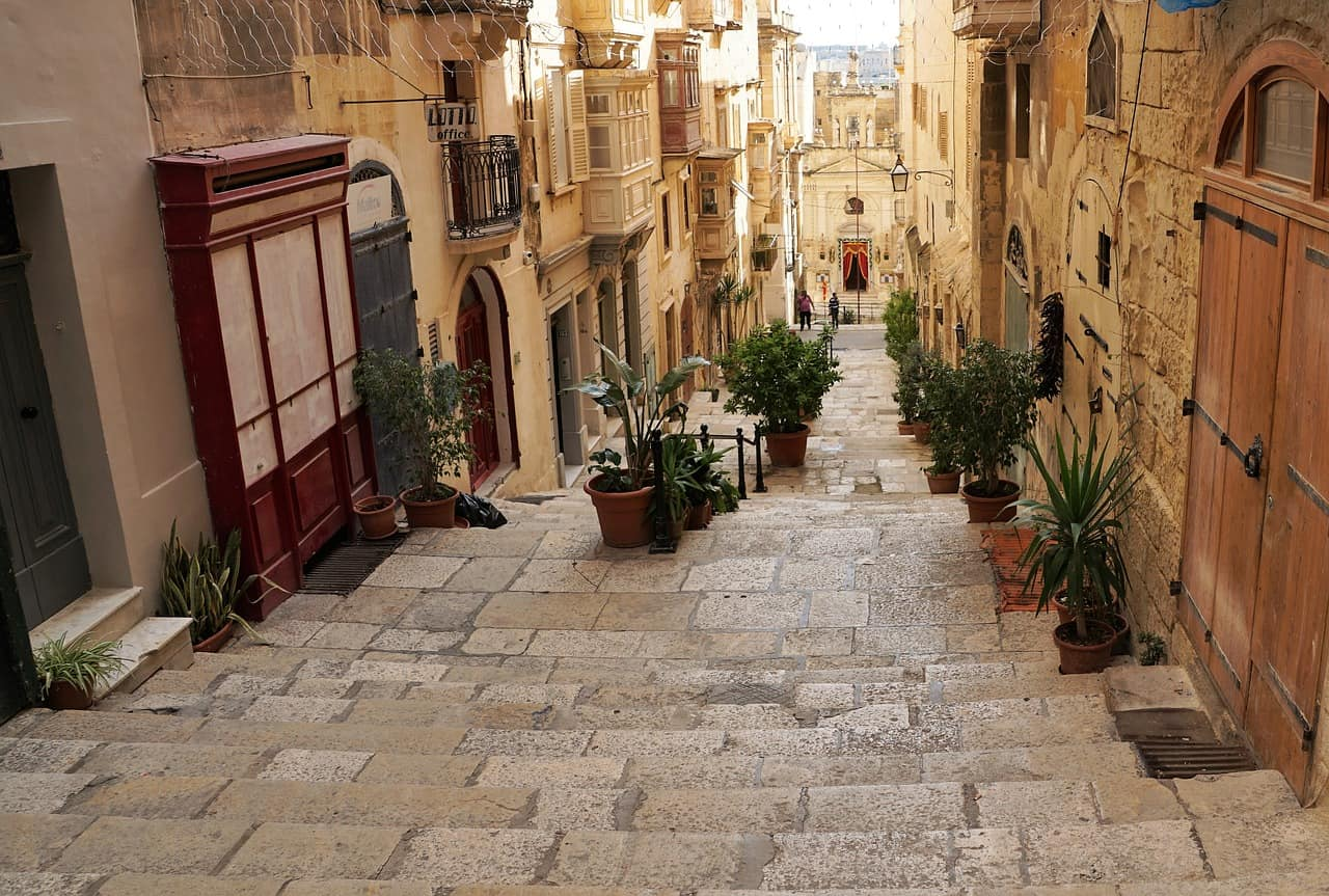 Sometimes rather gritty, sometimes romantic: The streets of Valletta are always worth a visit.