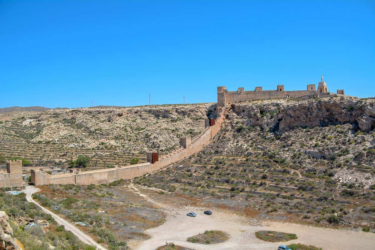 The old city wall of Almería closes off the valley between the Alcazaba and the Templar castle.