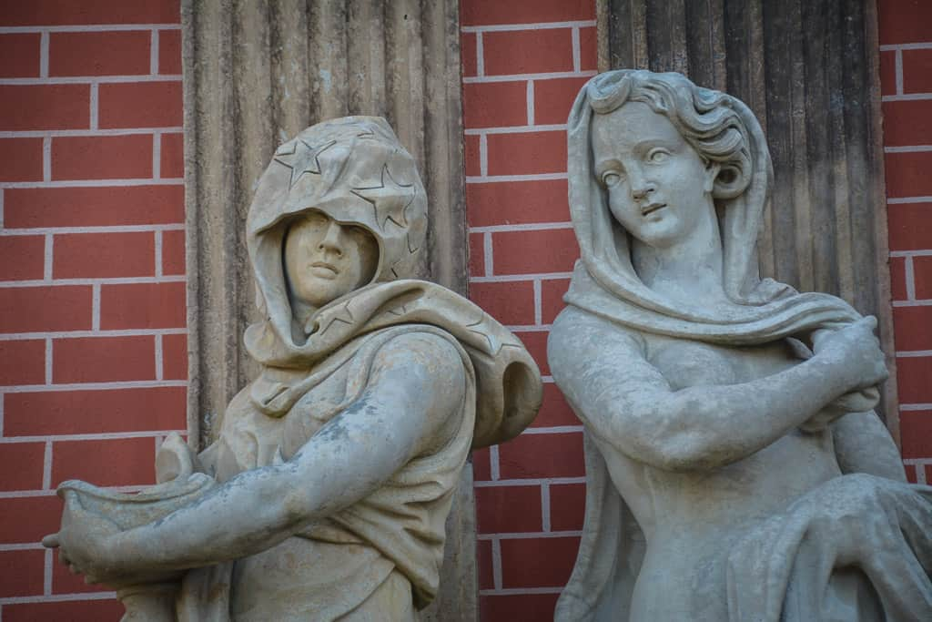 These pretty ladies are part of the decoration of New Palace. In winter, all statues in the park are covered up in wooden boxes.