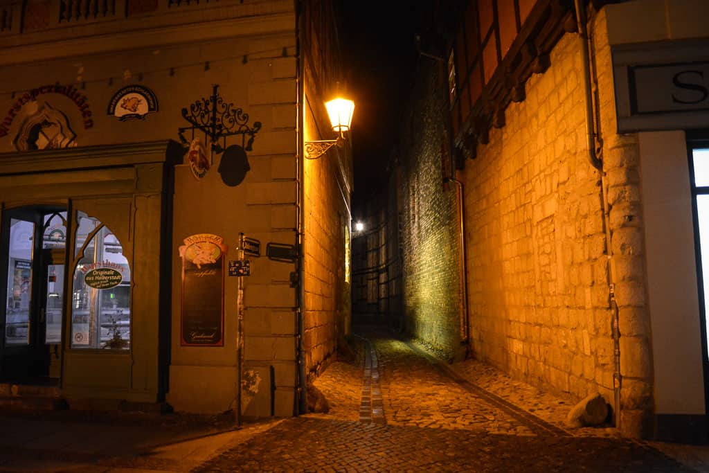 Some streets in the old town are too narrow to allow even a single car to pass through. Perfect conditions to enjoy a peaceful and quiet town without the noise of cars.