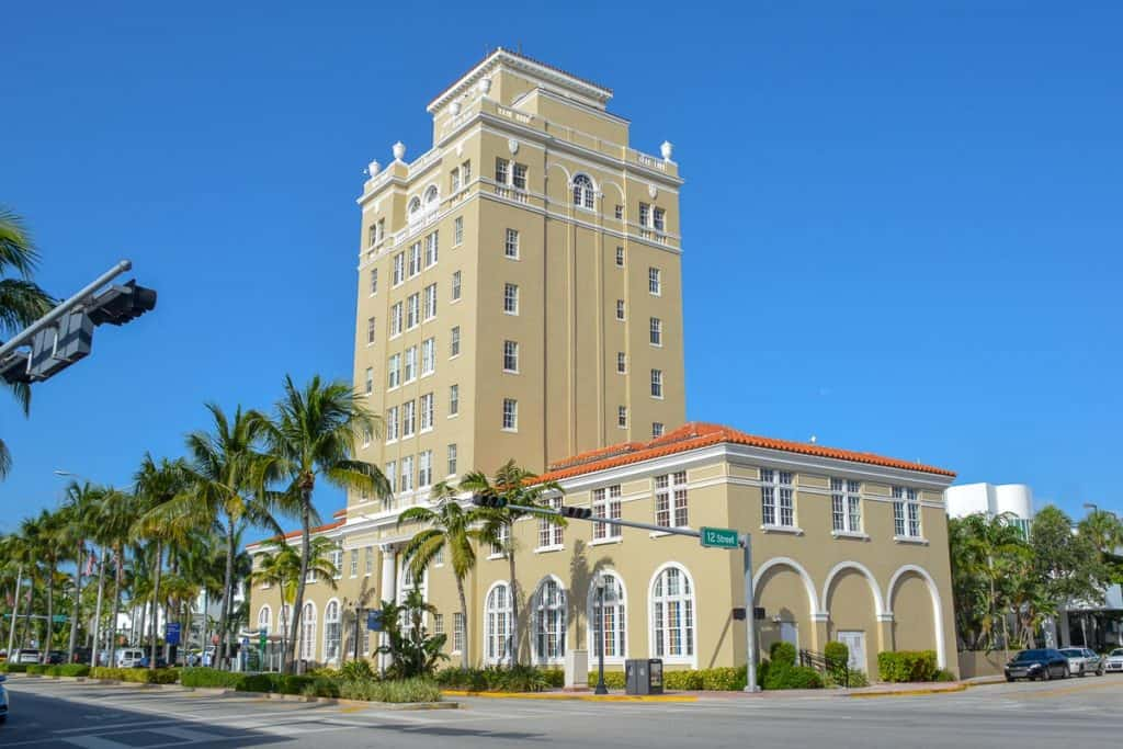 Not just the hotels and bars on Ocean Drive are built in the art deco style. Art deco is also the dominating style of the imposing Miami Beach Cinematheque.
